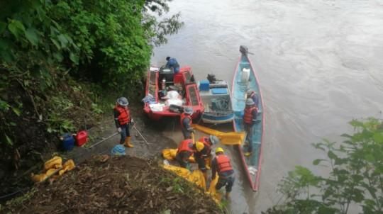 Personal de OCP realizó este 8 de abril una inspección en el río Coca para conocer los alcances de la ruptura del oleoducto. - Foto: OCP
