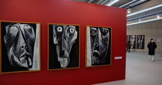 La poderosa pintura del ecuatoriano Oswaldo Guayasamín, uno de los artistas plásticos más importantes de Latinoamérica, se exhibe por primera vez en Corea del Sur en una exposición que acaba de inaugurarse en Seúl y que se prolongará hasta el 22 de enero. Foto: EFE