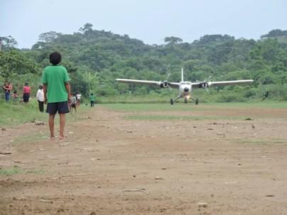Comuneros observaron el momento en el que aterrizaba el avión Twin Otter DHC-6 de la FAE con autoridades de provincias amazónicas. Foto: El Universo