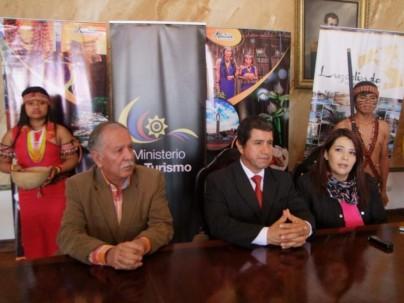 Guido Crespo, Saúl Cárdenas y María Angélica León, acompañados de dos shuar, en la rueda de prensa. Foto: El Mercurio