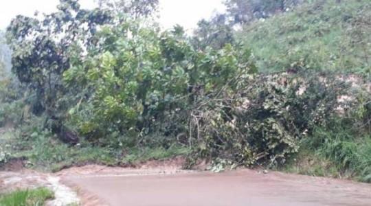 En el kilómetro 128 de la vía Baeza - El Chaco se registró un derrumbe este 25 de agosto de 2019. Foto (El Comercio)