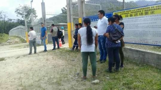 MUERTE. Familiares del occiso y autoridades llegaron al sitio tras conocer el suceso. Foto: La Hora