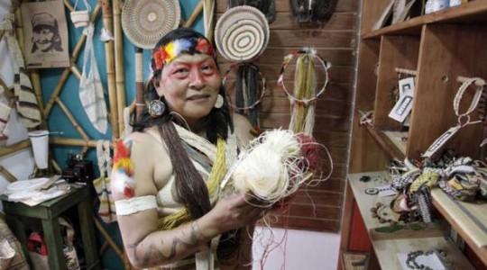 Manuela Omari Ima utiliza fibras de palma para la elaboración de las artesanías que vende en la tienda Waponi. Foto: El Comercio