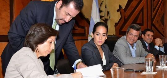 En 2013, María de los Ángeles D. (izq), Viviana B (derecha). y Walter S. firmaron un acuerdo por el dragado del río Guayas. Ahora los tres son indagados. Foto: El Telégrafo