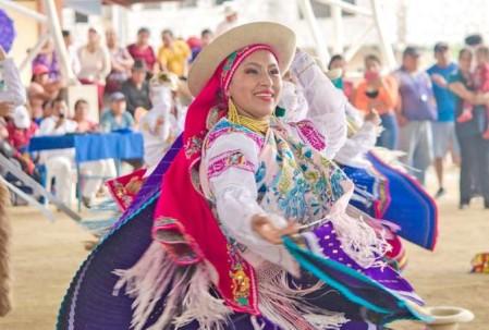 DEMOSTRACIÓN. Danzas folclóricas llamaron la atención de los asistentes. Foto: La Hora