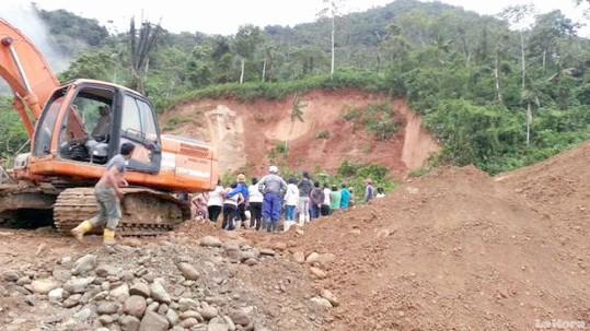 La maquinaria en la que estaba los hoy occisos quedó atrapada por el deslizamiento.