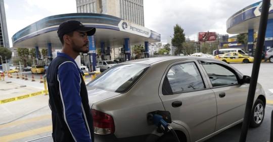Ecuador abre la vía a importaciones de combustibles para el sector privado / Foto: EFE