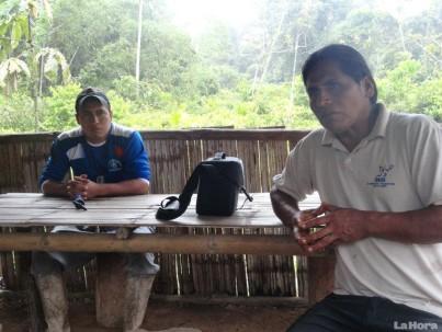 Bolívar Domingo Ayushiquia (derecha) aprovechó la presencia de Diario La Hora para expresar su preocupación