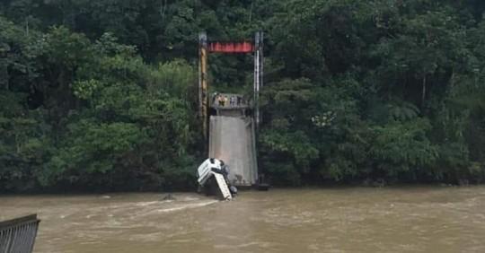 Un puente se cayó en Yantzaza / Cortesía de Riesgos Ecuador