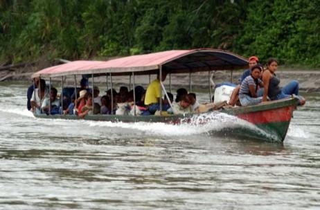 ORELLANA. Los pobladores amazónicos utilizan las lanchas para poder trasladarse, debido a la falta de vías terrestres y vehículos. Foto: El Universo
