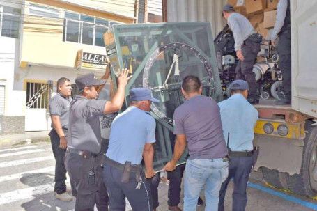 AYUDA. Los implementos recibidos por el Municipio provienen de una donación realizada por la fundación Fire Science de Chicago. Foto: La Hora