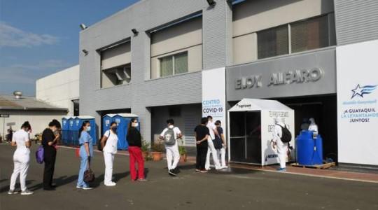 Personal de Salud hacía fila ayer para pasar por túnel de desinfección, en el Centro de Convenciones de Guayaquil. Foto: Cortesía Municipio de Guayaquil.