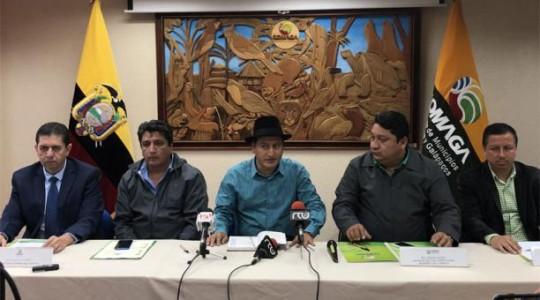 Los alcaldes Jorge Sarango (c) y César Castro (2 der) afirmaron que los recursos pendientes se requieren para obras públicas. Foto: El Comercio