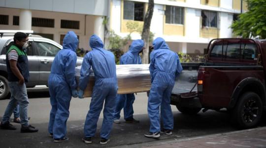 Trabajadores de una funeraria cargan el ataúd de un hombre que haría fallecido por coronavirus el 8 de abril de 2020. - Foto: REUTERS
