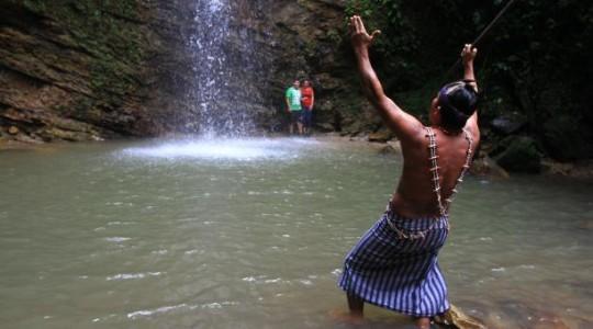 Ceremonias bajo las cascadas de Kintia Panki. En la creencia shuar, el agua es la representación de la fuerza del dios Arutam. Foto:  El Comercio