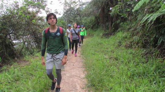 Senderismo. Integrantes del Club de Hiking de Zamora Chinchipe caminando hacia las Tres Cruces a las 07:00. Foto: La Hora