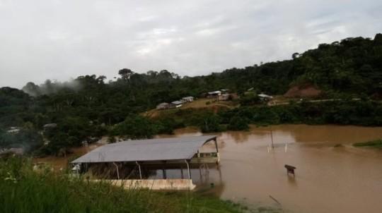 Al menos 37 familias de la comunidad Waorani Miwaguno fueron afectadas por la crecida del río Shiripuno, en Orellana, este 21 de junio de 2020. - Foto: Cortesía-Confeniae