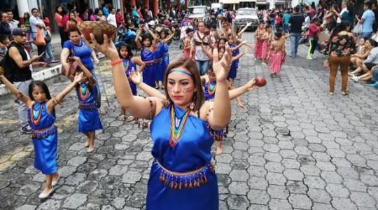 Noemí Carbo realiza un baile shuar con el acompañamiento de niñas y niños. Foto: El Comercio