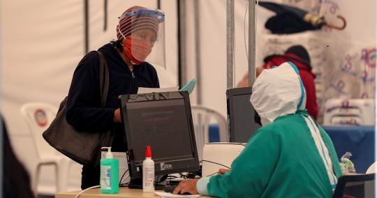 Los fallecimientos se reparten entre 9.636 confirmados por pruebas PCR y 4.593 probables, esto es, sin certificaciones médicas o forenses. Foto: EFE