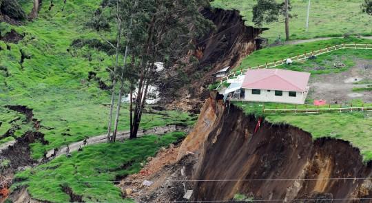 Cerca de 300 personas siguen en albergues tras deslizamiento en Chunchi / Foto EFE