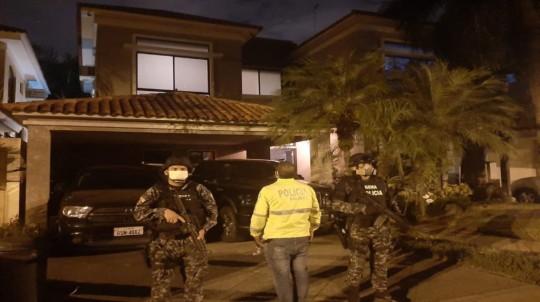 Miembros de la Policía y de la Fiscalía durante el allanamiento en la casa del exgerente de Seguros Sucre, el 20 de mayo de 2020. - Foto: Cortesía
