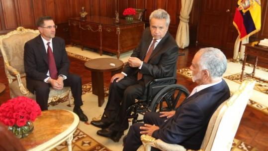 Lenín Moreno se reunió con el representante de Halliburton, Jeff Miller, (i). En el encuentro estuvo el ministro, Carlos Pérez. Foto: Expreso
