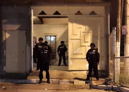 Miembros de grupos élite de la Policía Nacional resguardaron las propiedades allanadas durante los operativos.