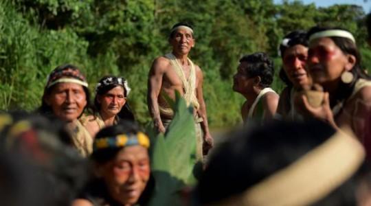 Los indígenas Waorani navegan en una canoa en el río Curaray, cerca de la aldea de Nemompare, en la provincia de Pastaza, Ecuador. Foto: El Comercio