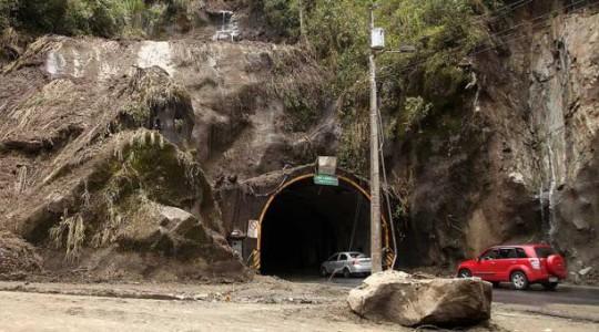Los deslaves en el túnel de Río Verde continúan de forma permanente y el sistema de iluminación no funciona porque se destruyó un transformador.  Foto: El Comercio