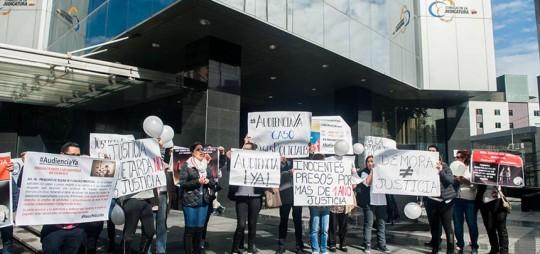 Con plantones y movilizaciones, familiares de los procesados en diversos casos exigen justicia en los exteriores del Consejo de la Judicatura, en Quito. Foto: El Telégrafo