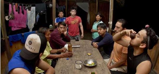 Casi siempre el ritual de ingesta de ayahuasca se inicia en una mesa de madera, al interior de una vivienda amazónica. Foto: El Telégrafo