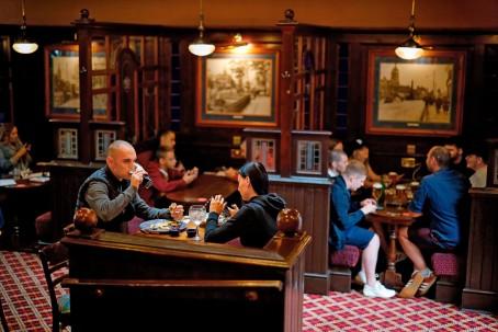 Clientes en el pub Goldengrove en Londres el 4 de julio, luego de que las restricciones se flexibilizaron aún más. Los científicos están cada vez más preocupados por las pequeñas partículas virales que pueden permanecer en el aire.Credit...Tolga Akmen/Agence France-Presse — Getty Images