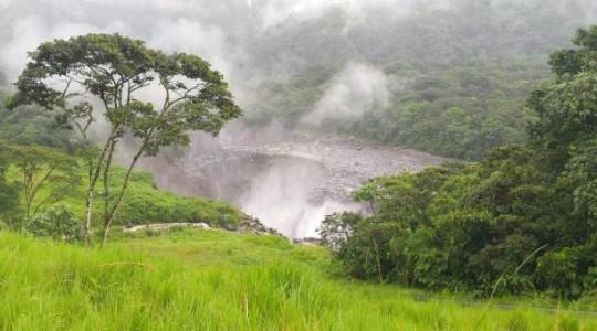 Petroecuador publicó imágenes del lugar en donde se registró el hundimiento y afectó a la tubería del OCP. Foto: Twitter Petroecuador