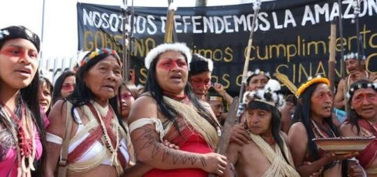 La protesta siguió frente la sede del Ministerio del Ambiente e irá también hasta la Contraloría y Corte Constitucional. Foto: El Telégrafo