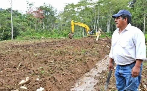 PRODUCCIÓN. Maquinaria del Gobierno Provincial adecúa los terrenos. (Foto: La Hora)