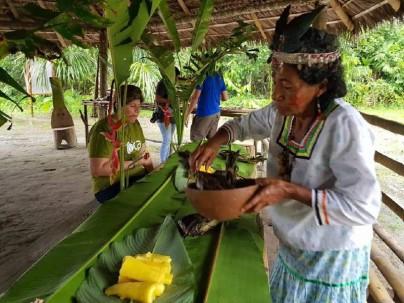 Pobladores preparan comida típica en un punto de interés turístico de la ciudad. Foto: El Universo