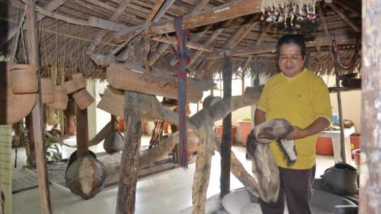 Edwin Gutiérrez, director del museo, muestra una de las coronas que utilizaron los reyes sáparas. Foto: Expreso