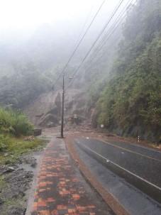 Dos personas fallecen en bus atrapado bajo el lodo en la vía Baños-Puyo. Foto: La Hora