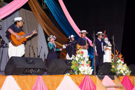 MÚSICA. Los participantes cantaron acompañados de las melodías provenientes de instrumentos musicales. Foto: La Hora