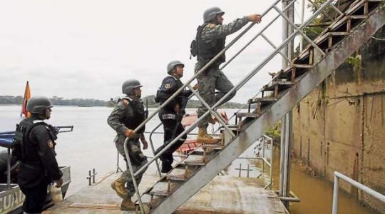 Militares vigilan la zona fronteriza para impedir la presencia de grupos ilegales que ataquen a pobladores. Foto: EL COMERCIO