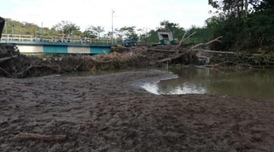 Las fuertes precipitaciones elevaron el caudal del Río Pindo en Paztaza, afectó al dique turístico en la parroquia Shell. Foto: El Comercio