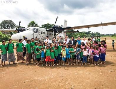 A la llegada del avión a la comunidad de Wampuik. Foto: LA GACETA