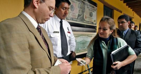 Gobierno envía a la Asamblea proyecto que defiende la dolarización / Foto EFE