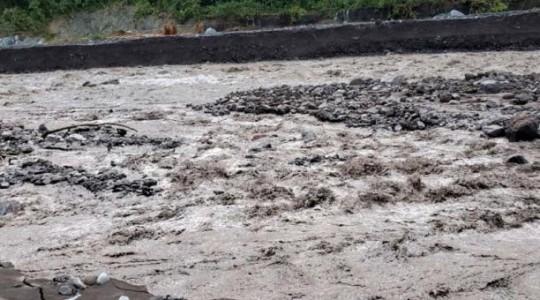 El dique existente en el río Upano se rompió la tarde del viernes 27 de diciembre de 2019 y el agua fluyó en forma casi normal, arrastrando a su paso el material acumulado. Foto: Cortesía