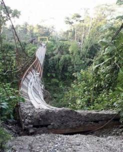 El desprendimiento del puente sobre el río Panki dejó dos personas fallecidas. Foto: El Universo