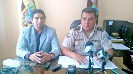 Leonardo Sigcho, intendente de Policía, y Javier Solórzano, jefe subrogante de Policía. Foto: La Hora