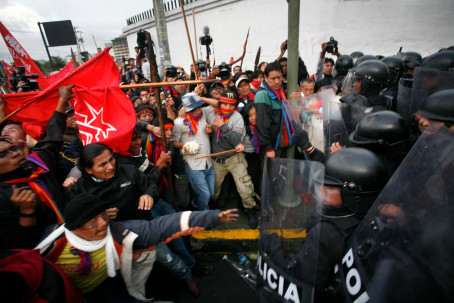 Indígenas chocan con la policía al tratar de llegar a la Asamblea Nacional de Ecuador, en Quito, en 2012. Foto: New York Times
