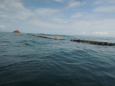 ESMERALDAS.- Se estima que entre 250 y 300 barriles de fuel oil se vertieron al mar esta madrugada. Se desconocen las causas por la cual la tubería estalló. Manuel Toro