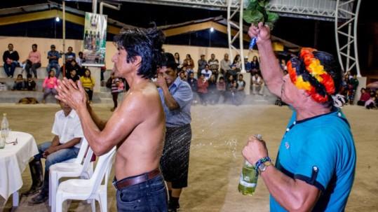 Ángel Samaniego, realizó un ritual para ahuyentar a los malos espíritus. Foto: Expreso