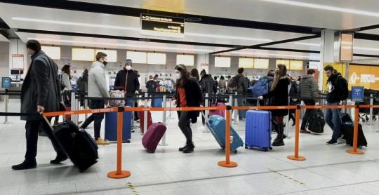 España extiende exigencia de PCR para ingresar de 13 países de Latinoamérica / Foto AP